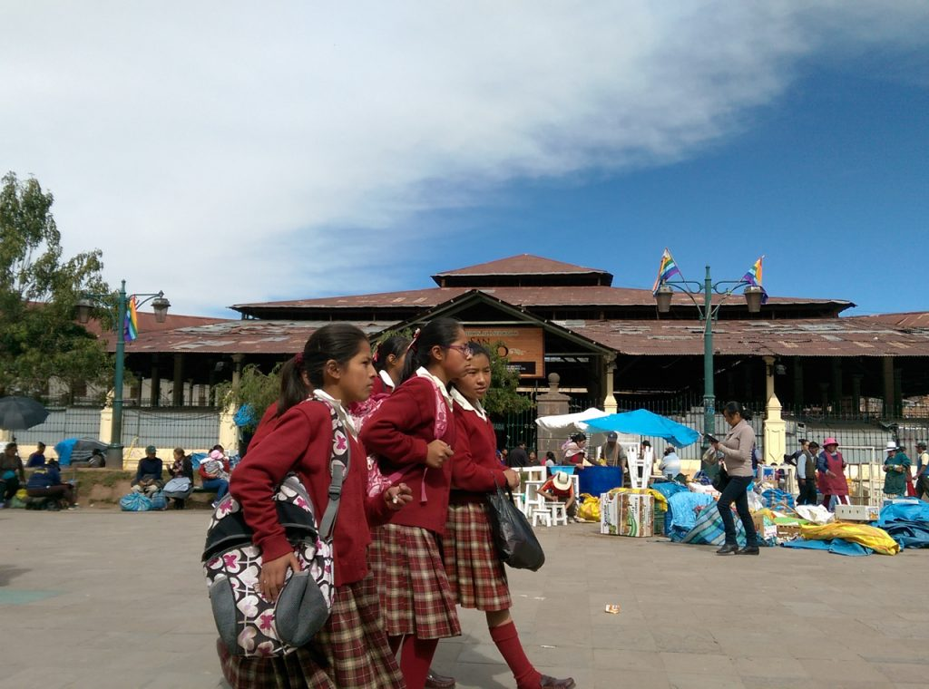 Schoolgirls walking past the mercado