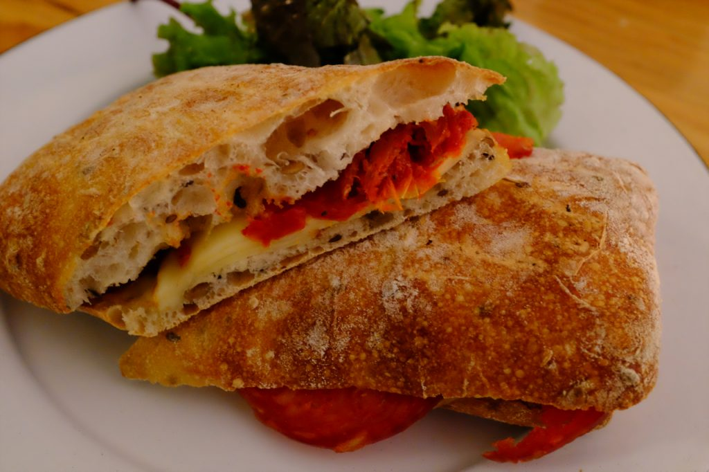 Chorizo con queso sandwich.